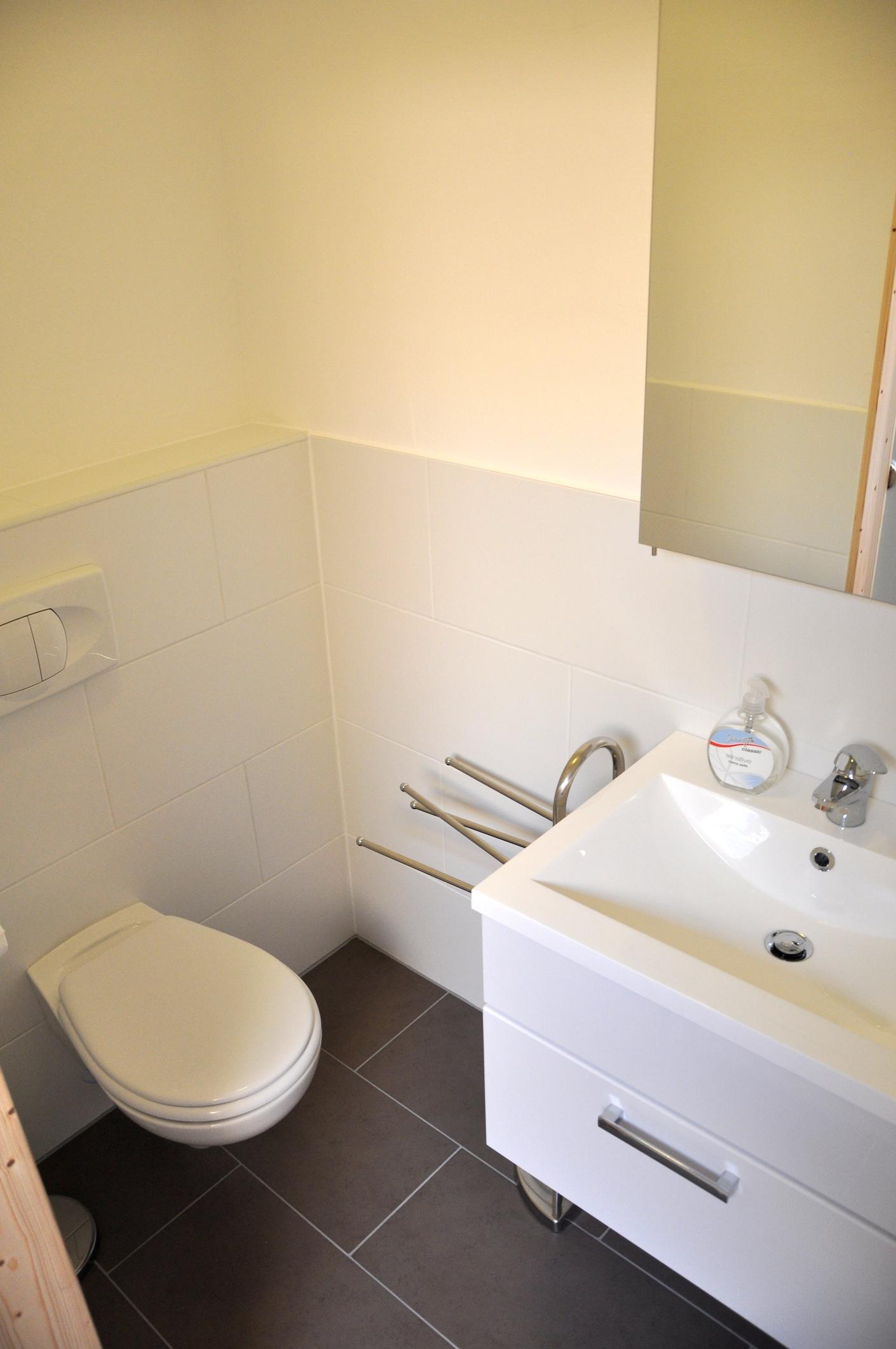 Ensuite badezimmer mit zweite toilette und waschbecken